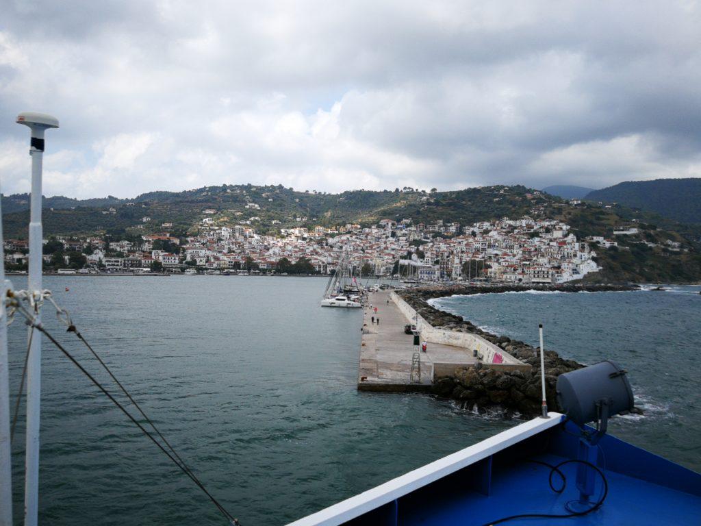 Chora,die Hauptstadt von Skopelos von der Fähre aus