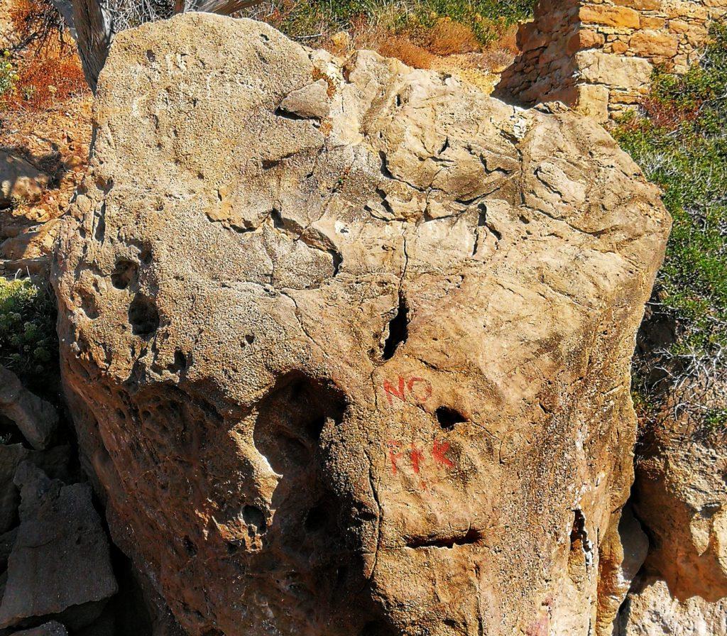 Felsen Mesakti Beach Ikaria_Platon Kiriazidis