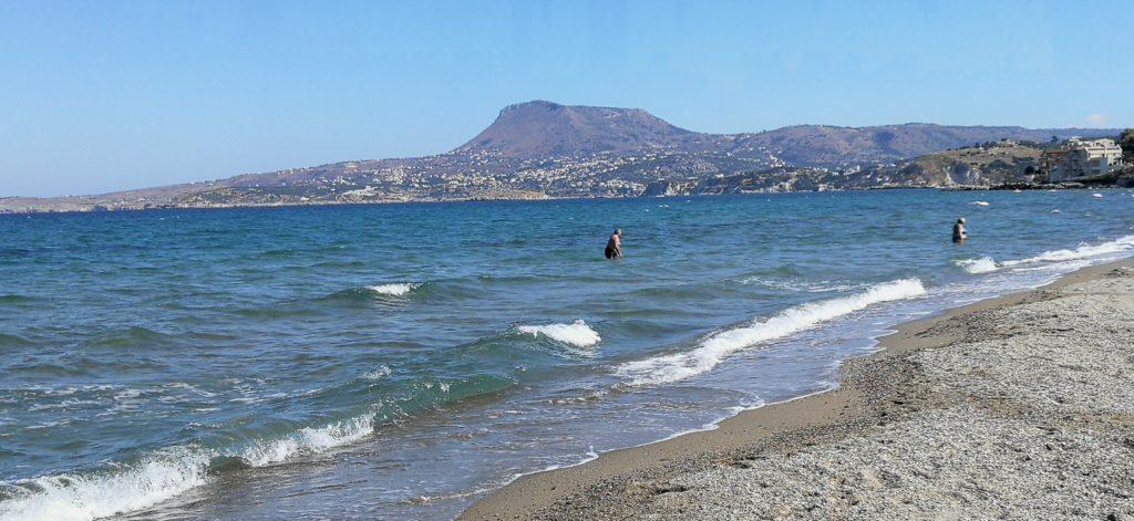 Am Strand von Kalyves, direkt neben Kalami Beach, bin ich verabredet_Platon Kiriazidis