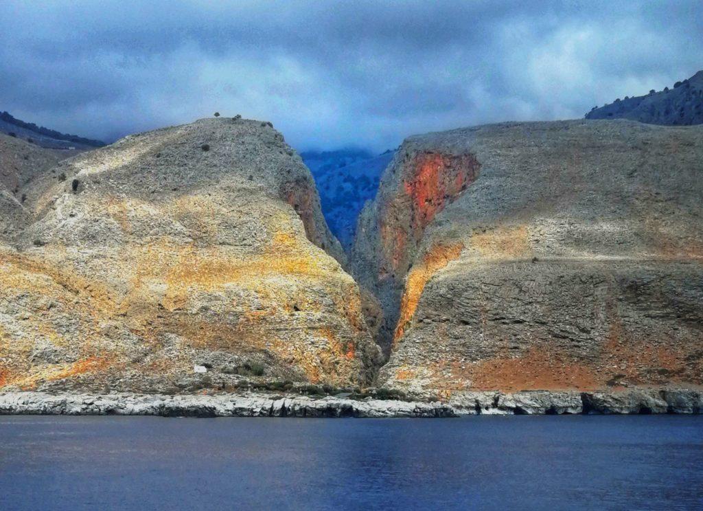 Interessante Landschaft entlang der Küste von Südkreta_Platon Kiriazidis