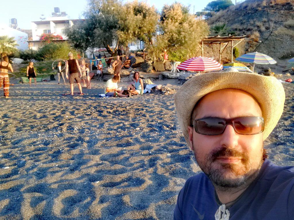 Am Strand von Dityko finden viele Aktivitäten bei Sonnenuntergang statt und es ist FKK erlaubt_Platon Kiriazidis