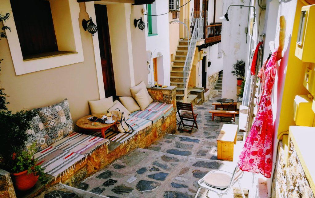 ES gibt genug Schatten in den Gassen von Skopelos und interessante Shops und Menschen zu entdecken