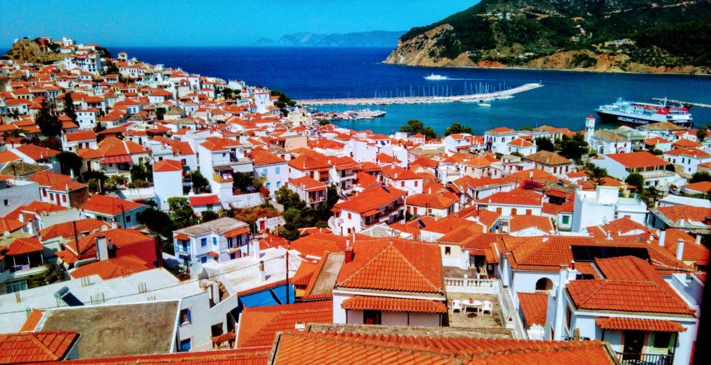 Skopelos Stadt, Ansicht von oben, schnuckelige Stadt voller kleiner Gassen, ideal zum Shoppen, entdecken, für Erinnerungsfotos, Bummel oder etwas Essen und Trinen zu gehen